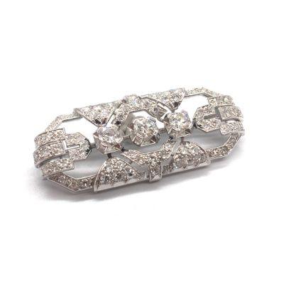 BROCHE ART DECO retenant trois diamants taille...