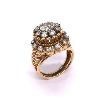 BAGUE ANNEES 1950 retenant un diamant central...