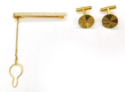 ENSEMBLE en or jaune 18K composé d'une paire...