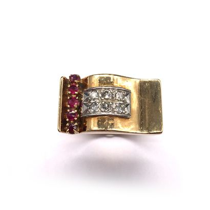RING ANNEES 1940 in 18K yellow gold and platinum with a ring motif retaining two...