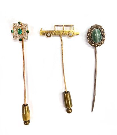 ENSEMBLE DE TROIS EPINGLES A CRAVATE en or jaune 18K et métal : -une présentant...