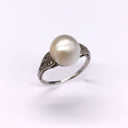 BAGUE en platine retenant une perle probablement...
