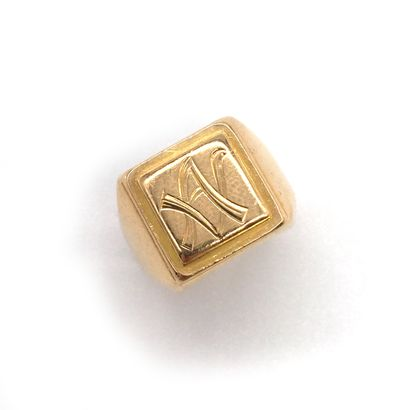 CHEVALIERE en or jaune 18K retenant les initiales...