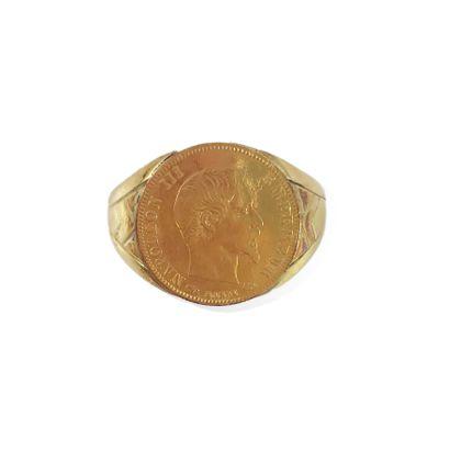 BAGUE CHEVALIÈRE ornée d'une pièce présentant Napoléon III. Monture en or jaune...