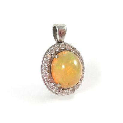 PENDENTIF orné d'une opale dans un entourage...