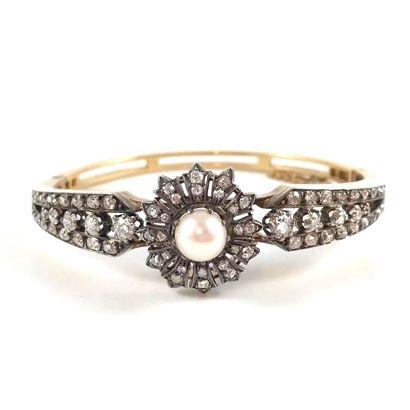 BRACELET XIXème siècle présentant un motif de fleur retenant en son centre une perle...
