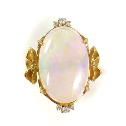 BAGUE ornée d'une opale ovale en cabochon...