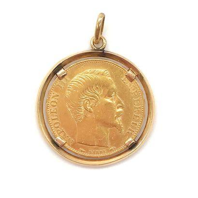 PENDENTIF orné d'une pièce de vingt francs présentant le profil de l'empereur Napoléon...
