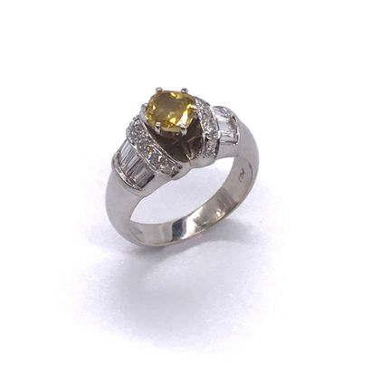 BAGUE retenant un diamant jaune de 1.05 carat...