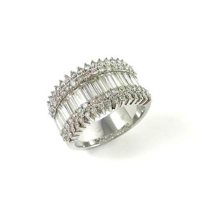 BAGUE présentant une ligne de diamants baguette...