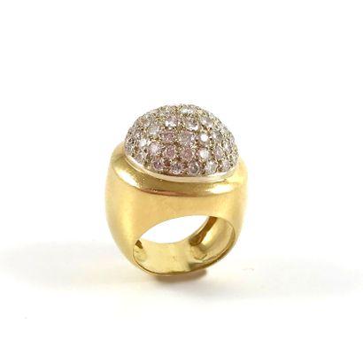 BAGUE présentant un dôme pavé de diamants...