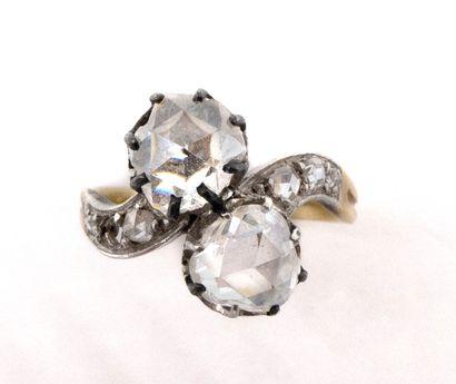BAGUE TOI ET MOI XVIIIème retenant deux diamants taille rose, dans un entourage...