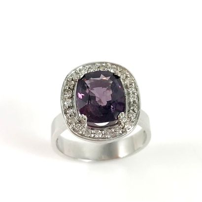 BAGUE retenant un spinel violet de 3.78 carats...