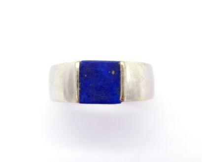 BAGUE en or gris 18K ornée d'un lapis-lazuli...
