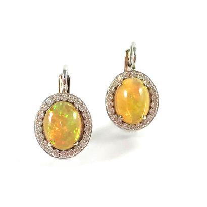 PAIRE DE BOUCLES D'OREILLES ornée d'une opale...