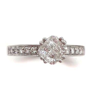 BAGUE ornée de quatre diamants en son centre...