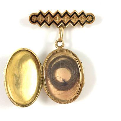 PENDENTIF BROCHE orné d'un pendentif ovale au décor géométrique, présentant une...