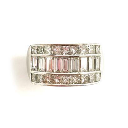BAGUE présentant une ligne de diamants baguettes...