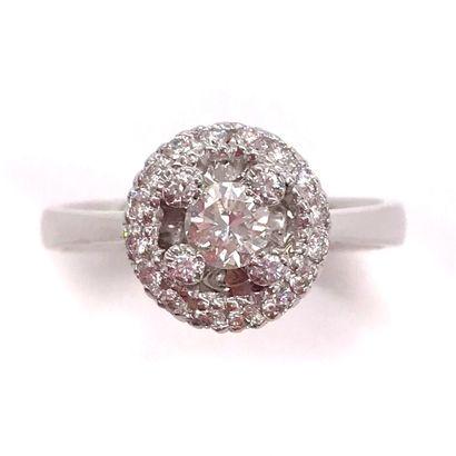 BAGUE ornée d'un diamant central d'environ...