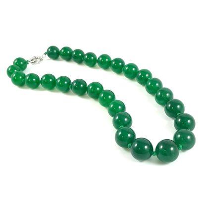 COLLIER de 27 boules de jade. Diamètre des...