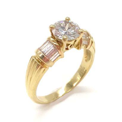 BAGUE ornée d'un diamant d'environ un carat,...