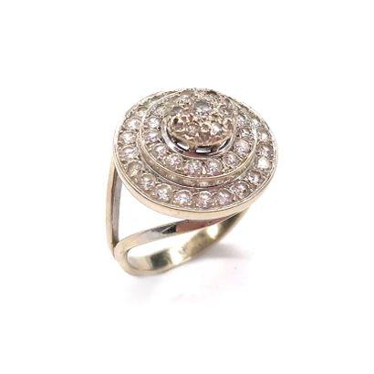 BAGUE ornée d'un motif de fleur en diamants...
