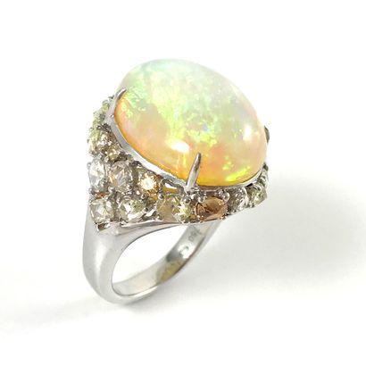 IMPORTANTE BAGUE ornée d'une opale blanche...