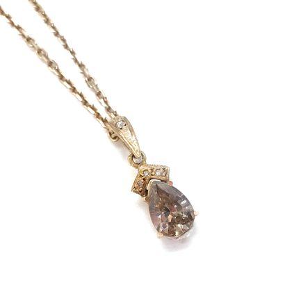 PENDENTIF orné d'un diamant brun d'environ...