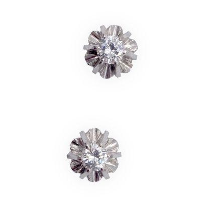 PAIRE DE PUCES D'OREILLES retenant un diamant...