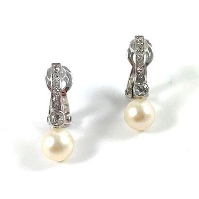 PAIRE DE BOUCLES D'OREILLES ornée d'une perle...