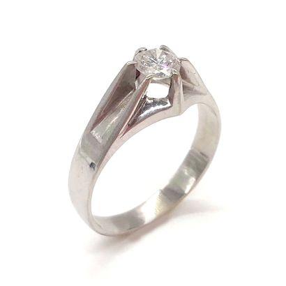 BAGUE ornée d'un diamant taille brillant...