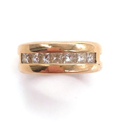 BAGUE retenant une ligne de sept diamants...