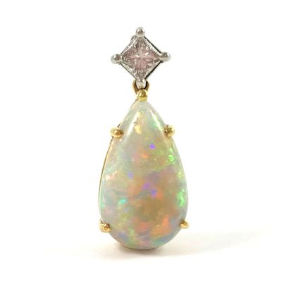 PENDENTIF présentant une opale en forme de...