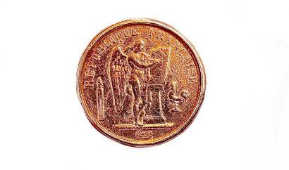 BAGUE retenant une pièce de la République Française, datée de 1875 et ornée d'un...