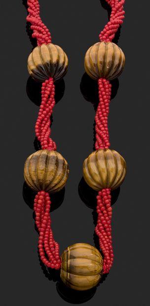 IMPORTANT COLLIER orné de six rangs de perles...