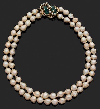 COLLIER orné d'un double rang de perles blanches...