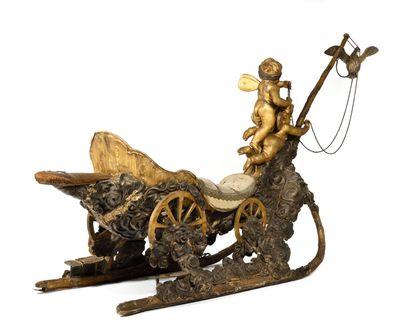 ETONNANT TRAINEAU VENITIEN. En bois sculpté et fer forgé, à deux patins en bois...