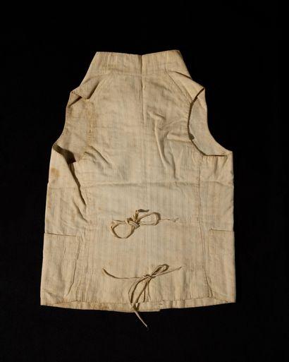 GILET DE LOUIS XVII PORTE AU TEMPLE. En coton blanc à raies ton sur ton, doublé...