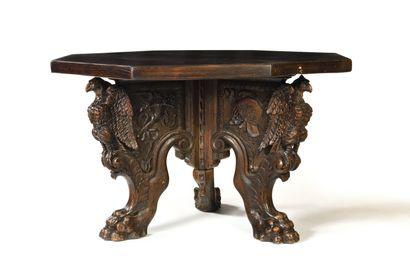 TABLE TRIPODE en noyer sculpté reposant sur...