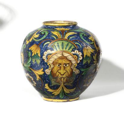 SICILE Vase boule en faïence à décor polychrome...
