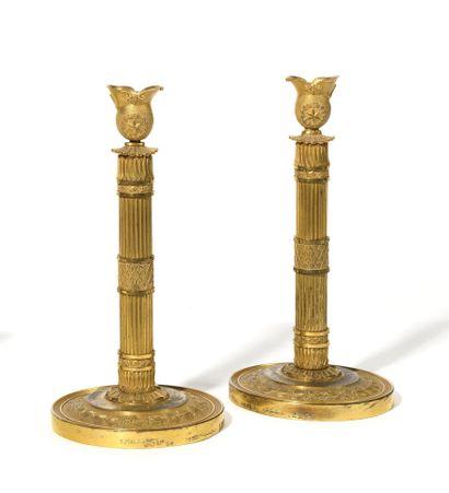 PAIRE DE BOUGEOIRS en bronze ciselé et doré...