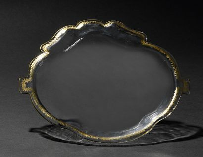 JATTE RONDE POLYLOBEE, en verre égèrement creuse, le marli orné d'une frise dorée...