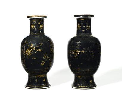 CHINE Paire de vases de forme balustre en...