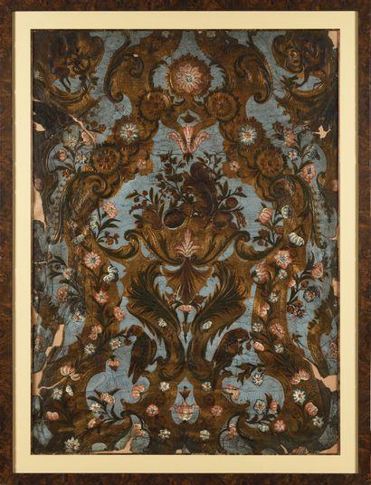 PANNEAU en cuir gaufré à décor de deux perroquets,...