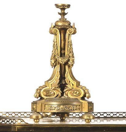 LAMPE en bronze doré et ajouré à balustre central orné de trois montants retenant...