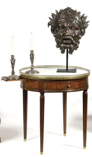 TABLE BOUILLOTTE en acajou ouvrant à deux tiroirs, avec deux tablettes coulissantes,...