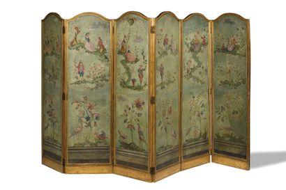 * PARAVENT A SIX FEUILLES en toile peinte sur les deux faces et bois doré à décor...