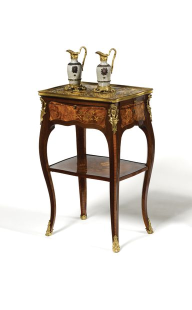 PETITE TABLE A ECRIRE en marqueterie de fleurs, bois de rose et amarante de forme...
