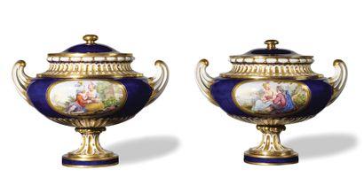 SEVRES Paire de vases cassolettes allemands unis couverts en porcelaine tendre reposant...