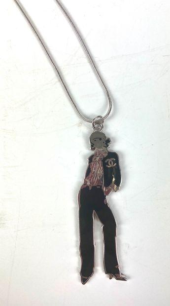CHANEL  Sautoir avec un pendentif représentant...